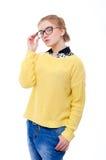 Jugendliche oder junge Frau in der gelben Strickjacke und in den Gläsern Stockfoto