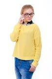 Jugendliche oder junge Frau in der gelben Strickjacke und in den Gläsern Stockfotos