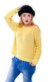 Jugendliche oder junge Frau in der gelben Strickjacke und im schwarzen Hut schauen Lizenzfreie Stockfotos