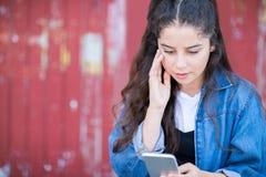 Jugendliche-Opfer von durch Textnachricht draußen einschüchtern lizenzfreie stockbilder