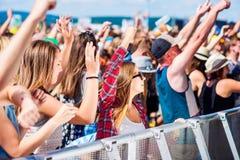 Jugendliche am Sommermusikfestival, das gute Zeit hat lizenzfreie stockfotos