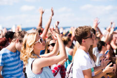 Jugendliche am Sommermusikfestival, das gute Zeit hat lizenzfreie stockfotografie