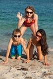 Jugendliche am Strand Stockbilder