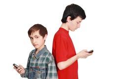 Jugendliche tauschen einen Inhalt aus Lizenzfreies Stockbild