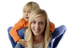 Jugendliche trägt ein Kleinkind huckepack Stockfotografie