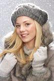 Jugendliche-tragende Schutzkappe und Pelz-Mantel im Studio stockfotos