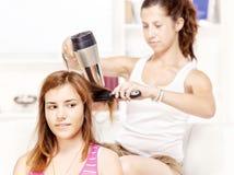 Jugendliche trocknet Haar zu ihren Freunden Lizenzfreie Stockfotografie