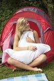 Jugendliche und ein Zelt Lizenzfreies Stockbild