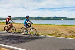 Jugendliche- und Jungenradfahren lizenzfreies stockfoto