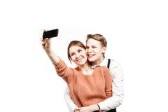 Jugendliche verbinden die Herstellung von selfie durch Smartphone Lizenzfreie Stockfotos