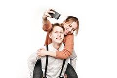 Jugendliche verbinden die Herstellung von selfie durch Smartphone Lizenzfreies Stockfoto