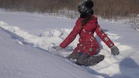 Jugendliche wirft Schnee im Winterparkzeitlupevorrat-Gesamtlängenvideo stock video footage