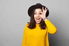Jugendliche zeigt Gläser aus Fingern heraus Stockfotografie