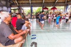 Jugendliche zu der Zeit der Vorbereitungen für Ngrupuk-Parade Lizenzfreie Stockfotos