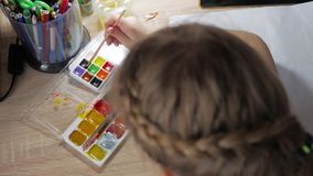 Jugendliche zu Hause nimmt an Kreativität, zeichnet Aquarell an einem Tisch im Raum teil Kind, das Draufsicht zeichnet gestaltung stock footage