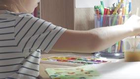 Jugendliche zu Hause nimmt an Kreativität, zeichnet Aquarell an einem Tisch im Raum teil Kind, das Draufsicht zeichnet gestaltung stock video footage