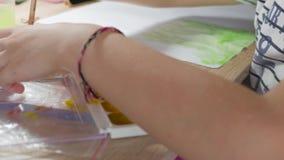 Jugendliche zu Hause nimmt an Kreativität, zeichnet Aquarell an einem Tisch im Raum teil Kind, das Draufsicht zeichnet gestaltung stock video