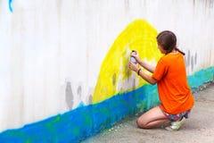 Jugendlicheabgehobener betrag die Graffiti Stockfoto