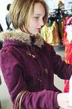 Jugendlicheeinkaufen Stockbild