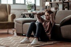 Jugendlichegefühl deprimiert nach Auseinanderbrechen mit Freund stockfotografie