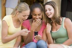 Jugendlichen, die draußen sitzen Stockbilder