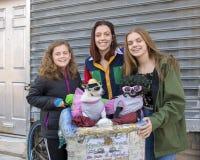 Jugendlichen, die für eine Spende mit Diva und Chloe in Süd-Philadelphia aufwerfen lizenzfreie stockfotografie