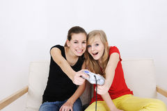Jugendlichen, die playstationteenage Mädchenwinkel des leistungshebels spielen Stockbild