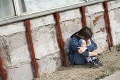 Jugendlicher alleine an der Stadt Stockfotografie