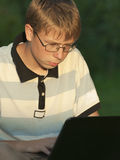 Jugendlicher arbeitet für den Computer Stockbilder