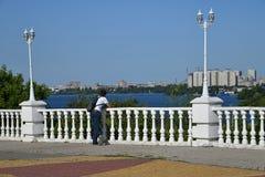 Jugendlicher auf Betrachtenplattform in der Stadt von Voronezh, Russland stockfotos