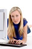 Jugendlicher auf Computer Stockbild