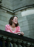 Jugendlicher auf dem Balkon Stockfoto