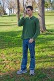 Jugendlicher auf dem Handy Stockfotografie