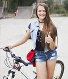 Jugendlicher auf einem Fahrrad Stockbilder
