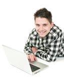 Jugendlicher auf einem Laptop lizenzfreie stockfotos