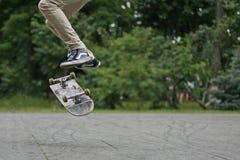 Jugendlicher auf einem Skateboard in der Stadt Lizenzfreie Stockbilder
