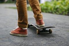 Jugendlicher auf einem Skateboard in der Stadt Lizenzfreie Stockfotografie