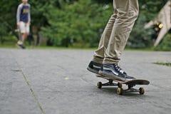 Jugendlicher auf einem Skateboard in der Stadt Stockbilder