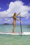 Jugendlicher auf ihrem paddleboard Lizenzfreie Stockbilder