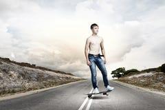 Jugendlicher auf Skateboard Lizenzfreie Stockbilder