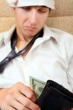 Jugendlicher überprüft die Geldbörse Stockfotos