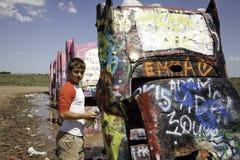 Jugendlicher an Cadillac-Ranch stockbild