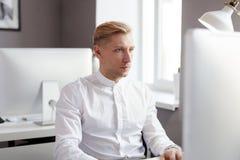 Jugendlicher am Computer Stockfoto