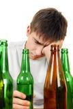 Jugendlicher in der Alkoholsucht Stockbild