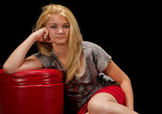 Jugendlicher, der auf dem Fußboden sitzt Lizenzfreies Stockbild