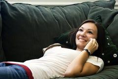Jugendlicher, der auf dem Handy spricht Stockfotografie