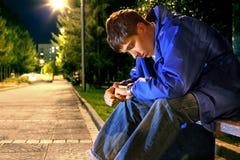 Jugendlicher, der auf der Uhr schaut Lizenzfreie Stockfotos