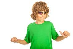 Jugendlicher, der auf sein leeres T-Shirt zeigt Lizenzfreies Stockbild