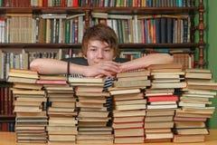 Jugendlicher in der Bibliothek stockbild