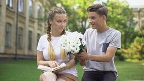 Jugendlicher, der Blumen Freundin die Lesebuch, Ablehnung, ignorierend darstellt stock video footage